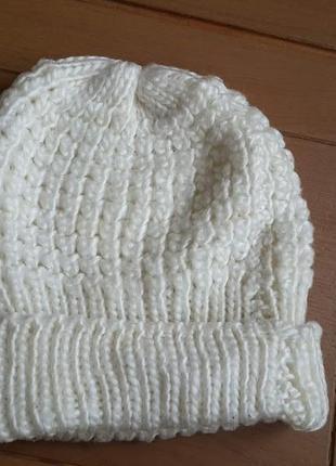 Белая вязанная шапка
