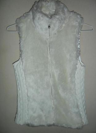Шубка жилетка с искусственным мехом и толстой вязкой