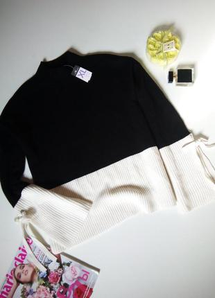Актуальный свитер с расклешенными рукавами на завязках