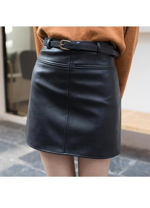 Трендовая кожаная юбка с ремнем в комплекте черная
