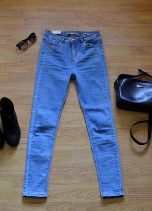 Модні нові джинси з всокою посадкою на худеньку дівчинку