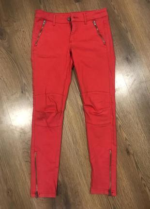 Красних червоні джинси
