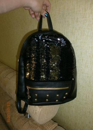 Чёрный рюкзак в пайетках с заклёпками 26*22