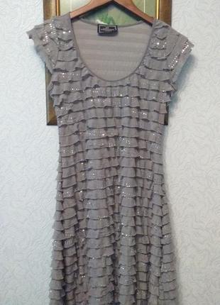 Очаровательное платье с рюшами и блестками
