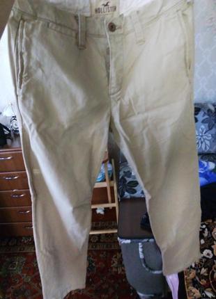 .фирменные бежевые штаны hollister