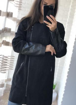 Стильное чёрное пальто с элементами