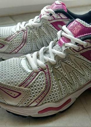 Хорошие удобные спортивные бело-розовые кроссовки сетка