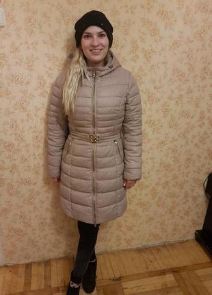 Пуховик с капюшоном бежевый зима