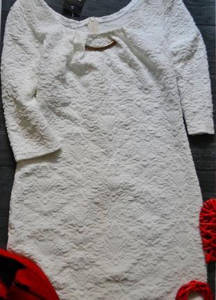 Красивое белое платье с выбитым рисунком