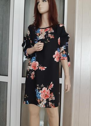 Стильное платье с завязками на рукавах