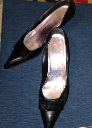 Женские туфли на изящном каблучке