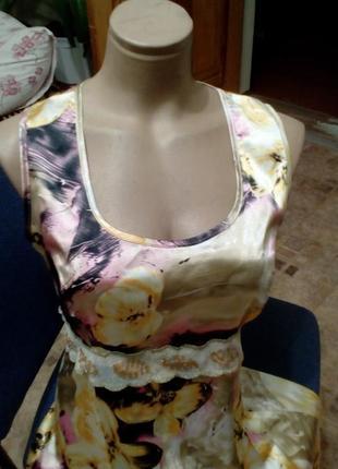 Приталенное атласное платье с красивым золотым поясом