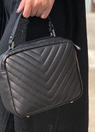 Итальянская кожаная сумочка-кроссбоди с ручкой.