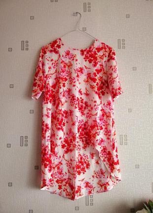 Блуза с яркими цветами асиметричною кроя с крыльями сзади