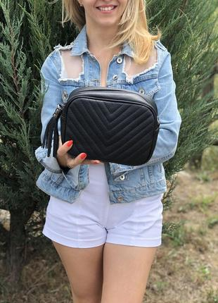 Небольшая кожаная сумочка-кроссбоди с кисточкой. черная