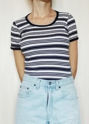Бело-синяя полосатая футболка