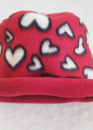 Яркая флисовая шапка в сердечки