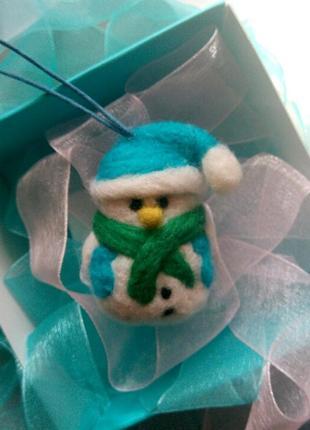 Войлочная подвеска брелок снеговик снеговичок новогодняя подвеска в машину на сумку