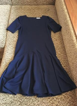 Стильное синее платье миди с воланом