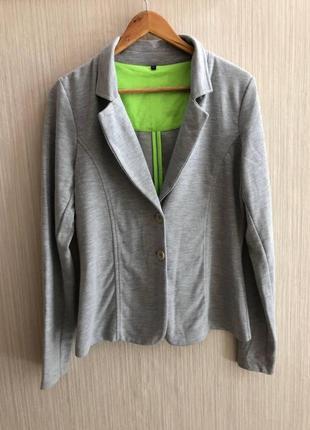 Серый спортивный пиджак, в отличном состоянии без дефектов