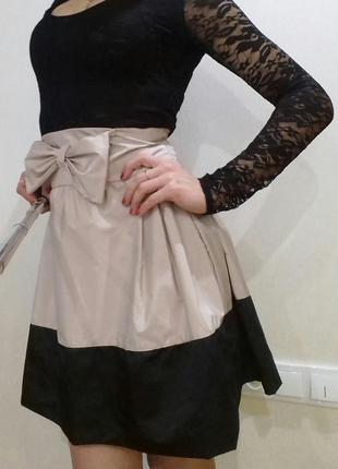 Стильное платье с бантиком и ажурными рукавами