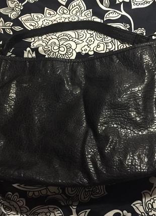 Чёрная вместительная сумка с короткой ручкой3
