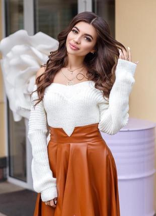 Объемный теплый свитер молочный белый с открытыми плечами