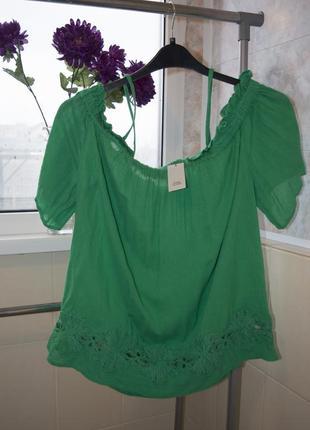 Зеленая блуза с узорами