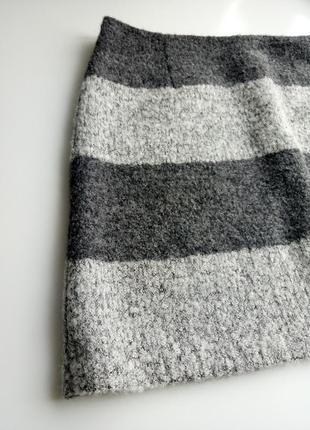 Стильная утепленная юбка мини из ткани букле с содержанием шерсти