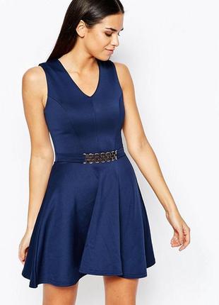 Короткое приталенное платье с ремешком club l