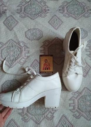Красивые беленькие туфельки, размер 39