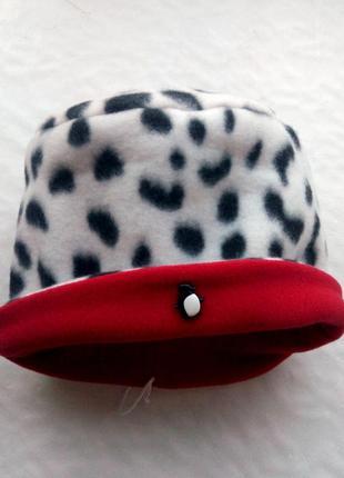 Яркая флисовая шапка цвета далматин