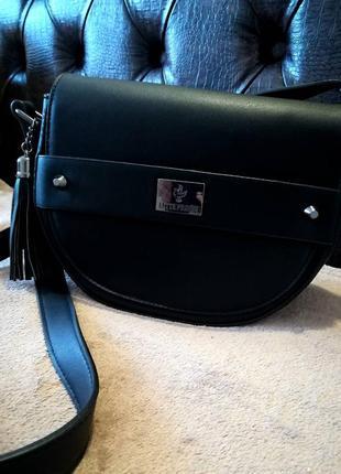 Стильная и практичная сумочка на длинной ручке с оригинальной застежкой.