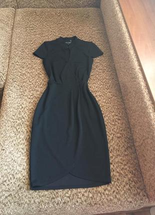 Краствое чёрное платье миди с запахом
