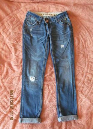 Модные прямые джинсы.