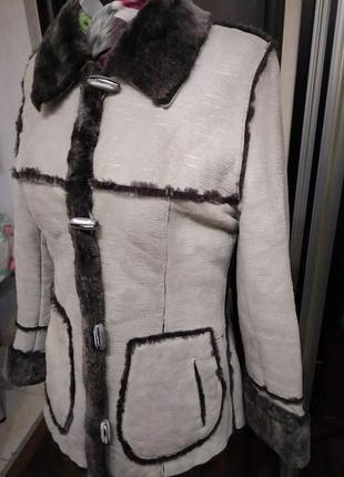 Натуральная дубленка жакет светлая с контрастным мехом и карманами