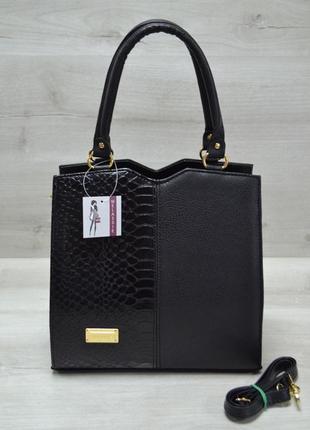 Классическая женская сумка треугольник черного цвета с черной коброй
