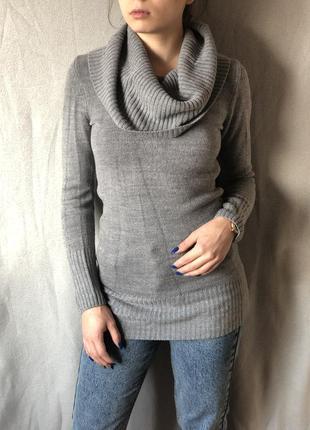 Серый удлиненный свитер с объемной горловиной