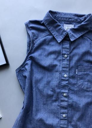 Оригинальная джинсовая рубашка без рукавов   / удлинённая рубашка без рукавов levis2 фото