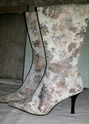 Сапоги демисезонные на высоком каблуке, замшевые с эффектом кожи рептилии.
