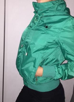 Куртки зелена {зелёная} xs с нашивками
