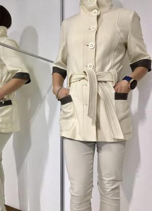 Шерстяное светлое пальто с вставками натуральной кожи, под пояс