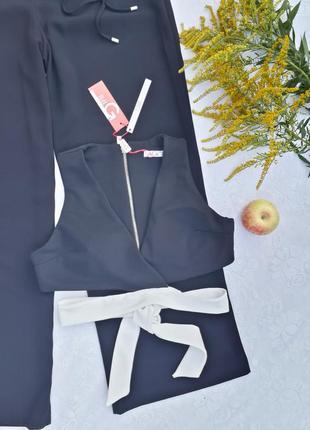 Топ черного цвета в рубчик с интересными завязками