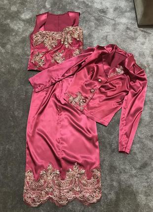 Шелковый нарядный костюм с кружевом