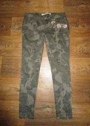 Мегамодные джинсы хаки с апликацией цветы 48р