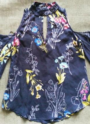 Блуза с открытыми плечами и вырезом чокер