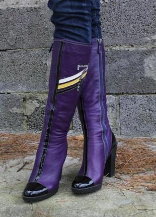 Стильные кожаные фиолетовые сапоги на тракторной подошве