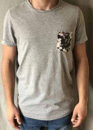Удлиненная серая футболка