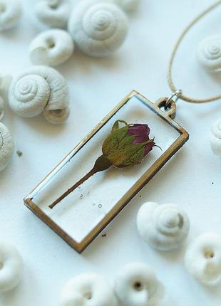 Прямоугольный кулон с бутоном розы в деревянной рамке