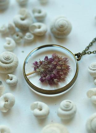 Прозрачный кулон с соцветием дикого лука